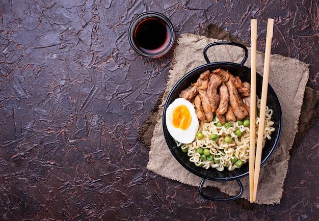 Ramen-noedels met vlees, groenten en ei