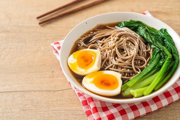 Ramen noodles met ei en groente - veganistische of vegetarische eetstijl