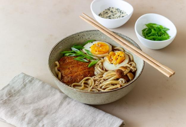 Ramen-soep met noedels, varkensvlees, champignons en eieren. japanse keuken. recept.