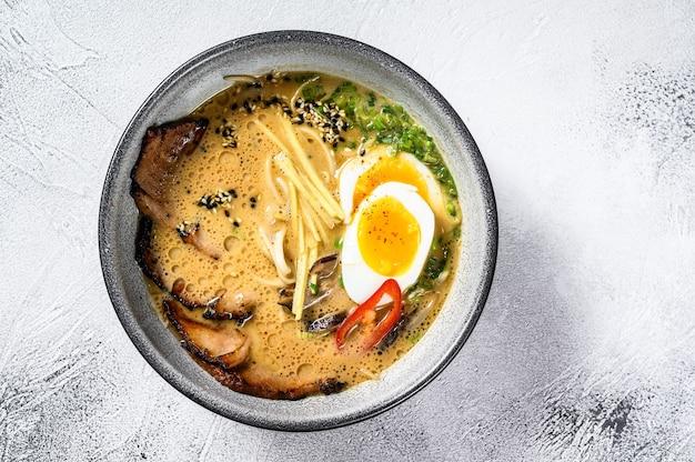 Ramen-soep met rundertong, champignons en ingemaakte eieren van ajitama