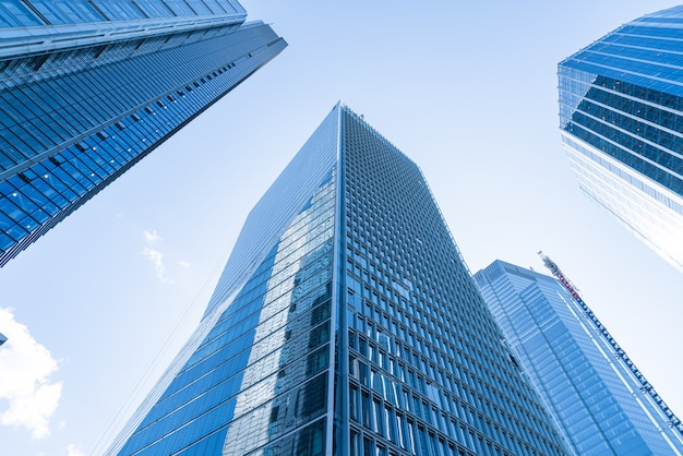 Ramen van wolkenkrabber business office met blauwe hemel