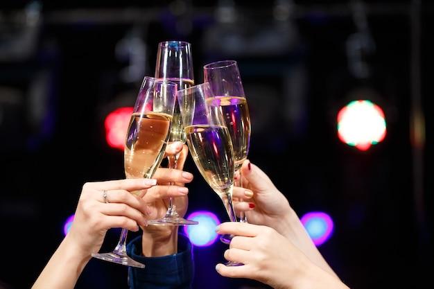 Rammelende glazen champagne