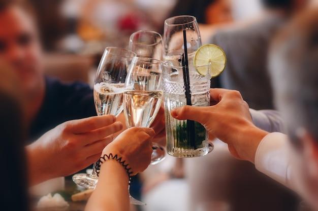 Rammelende glazen klinken glas op het feest