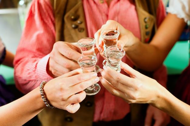 Rammelende glazen met sterke drank