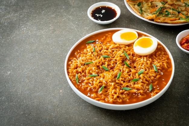 Ramyeon of koreaanse instant noedels met ei - koreaanse eetstijl
