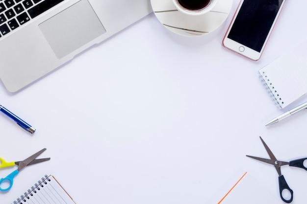 Rand van briefpapier en technologieën met koffie