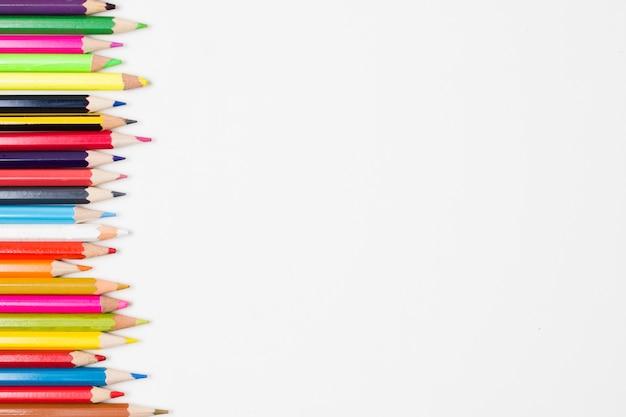 Rand van een assortiment van kleurrijke potloden