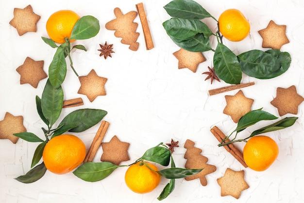 Rand van kerstster koekjes met specerijen en mandarijn. achtergrond copyspace