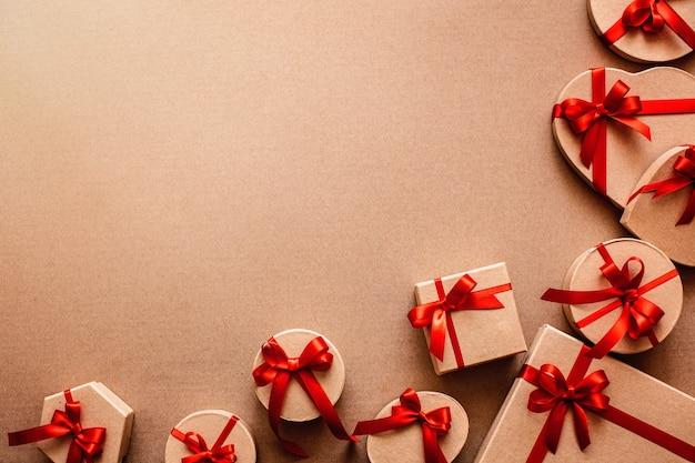 Rand van mooie geschenkdozen. feestelijke verkoop op de achtergrond.