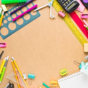 Rand van rekenmachine en briefpapier