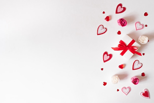 Rand van verschillende harten, geschenkdozen en zeepbloemen rose bud.