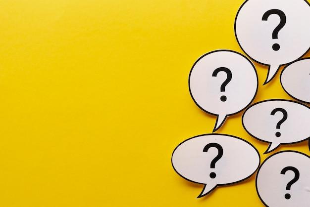 Rand van vraagtekens in tekstballonnen