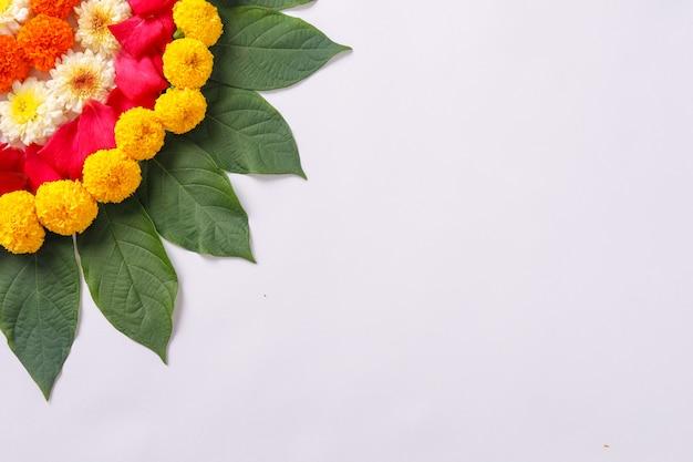Rangoli van de goudsbloembloem voor diwali-festival