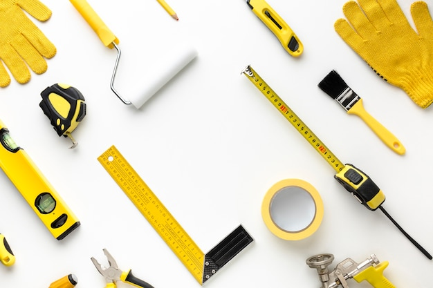 Rangschikking van gele reparatiehulpmiddelen plat