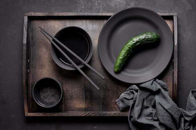 Rangschikking van komkommer en saus op dienblad