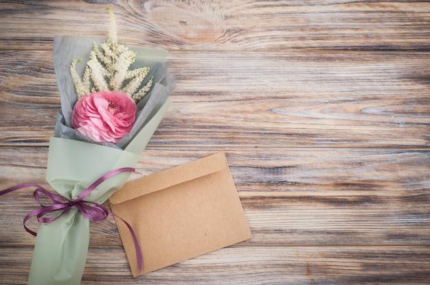 Ranunculus, bladeren, twijgen op hout