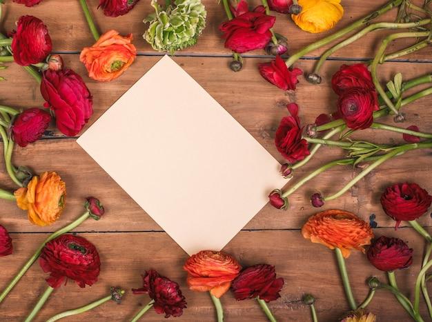 Ranunkulyus boeket van rode bloemen op een houten achtergrond