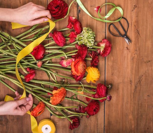Ranunkulyus boeket van rode bloemen op een houten