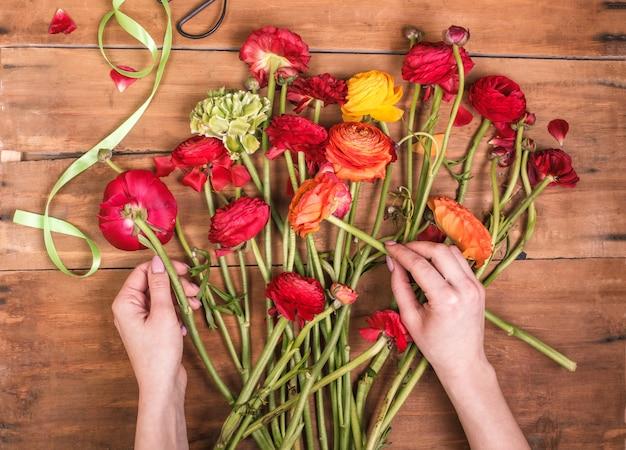 Ranunkulyus boeket van rode bloemen op houten