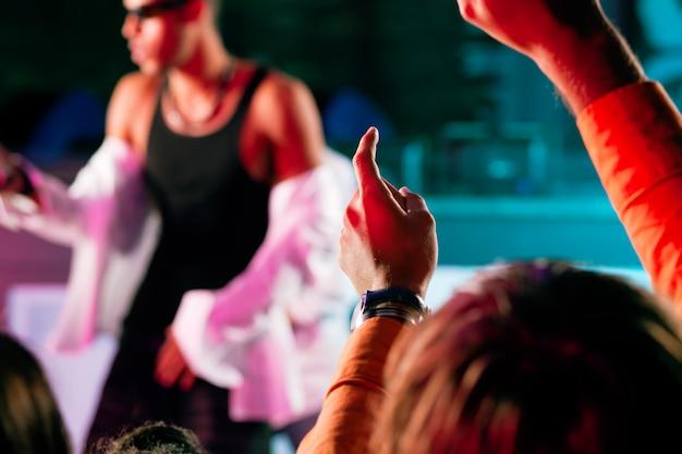 Rap- of hiphopmuzikanten die op het podium optreden