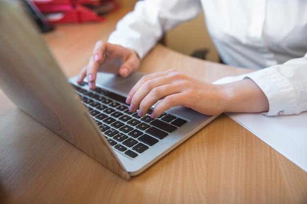 Rapport aan het typen. kaukasische ondernemer, zakenvrouw, manager die geconcentreerd op kantoor werkt.