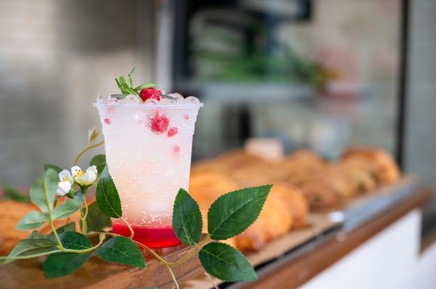 Raspberry italiaanse frisdrank klaar om te serveren voor verfrissing op de toonbank in café. gebruik voor ingericht café, restaurant en et cetera.