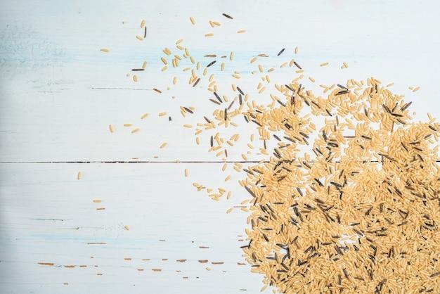 Rassen van natuurlijke biologische granen in een plaat van bruine rijst. het uitzicht vanaf de top.