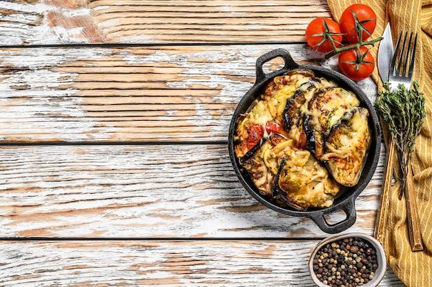 Ratatouille, huisgemaakte groenteschotel. vegetarisch eten. houten achtergrond. bovenaanzicht. kopieer ruimte.