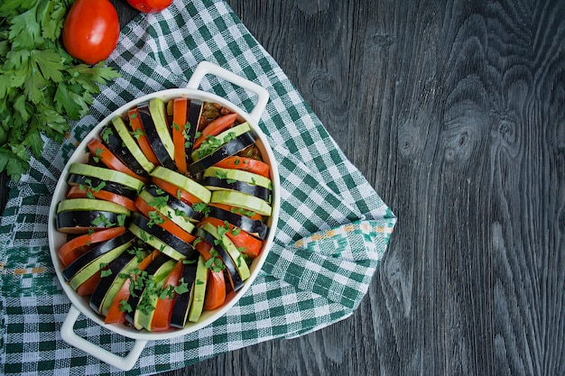Ratatouille is een traditionele franse groenteschotel die in de oven wordt gekookt. dieet vegetarisch eten, ratatouille-ovenschotel.