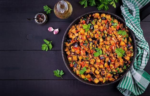 Ratatouille. vegetarische stoofpot aubergines, paprika, uien, knoflook en tomaten met kruiden