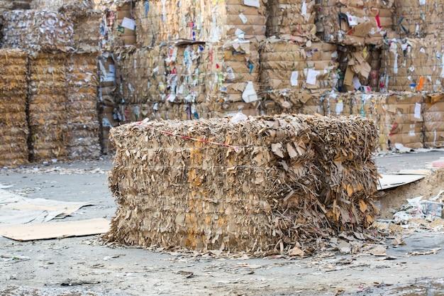Ratchaburi, thailand 5 februari 2018 papierstapel en stuk karton bij de papierfabriek van de recycle-industrie industry
