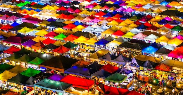 Ratchada avondmarkt. bangkok thailand