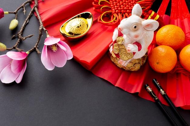 Rattenbeeldje en magnolia chinees nieuw jaar