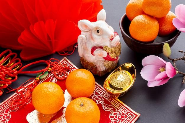 Rattenbeeldje en mandarijnen nieuw chinees jaar