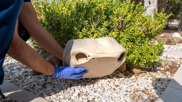 Rattenval simuleert een steen in de omgeving.