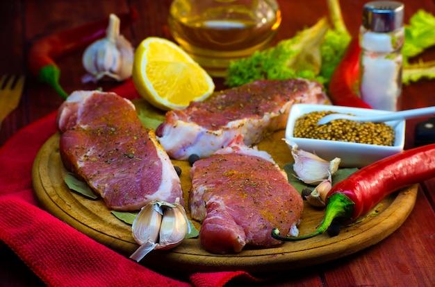 Rauw biefstuk vlees met kruiden op het bord van de keuken