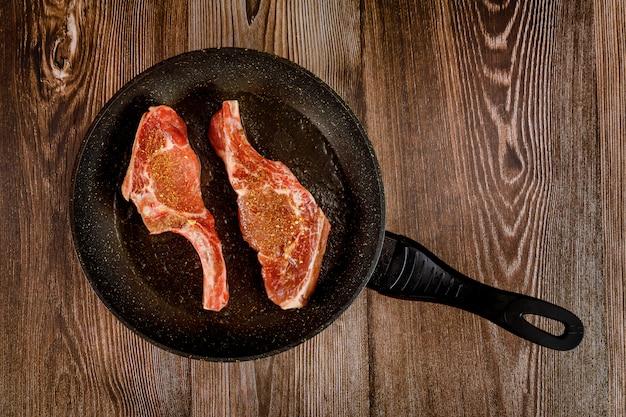 Rauw bot in biefstuk op de pan koekepan