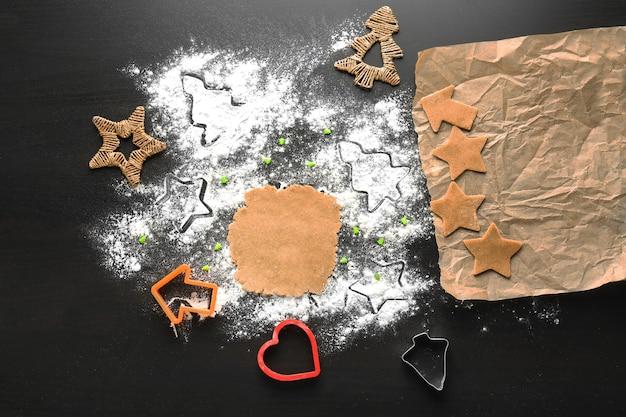 Rauw deeg en kerstkoekjes op tafel