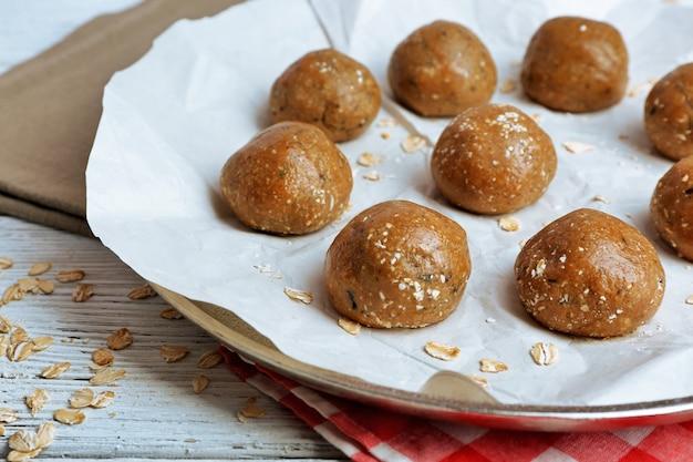 Rauw deeg voor koekjes op bakplaat close-up