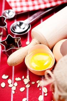 Rauw ei en bakkerij-tools