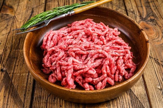 Rauw gehakt lamsvlees, gemalen schapenvlees met kruiden op een bord