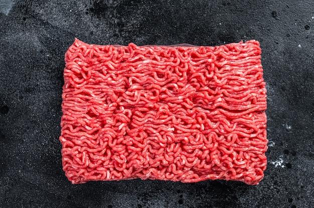 Rauw gehakt rundvlees op een keukentafel