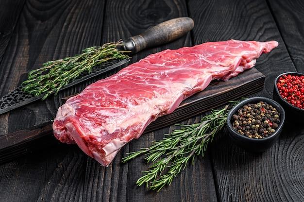 Rauw kalfsvlees kort spareribs vlees met slagersmes.