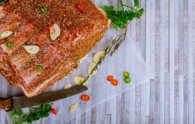 Rauw karbonade varkensvlees, mes en kruid.