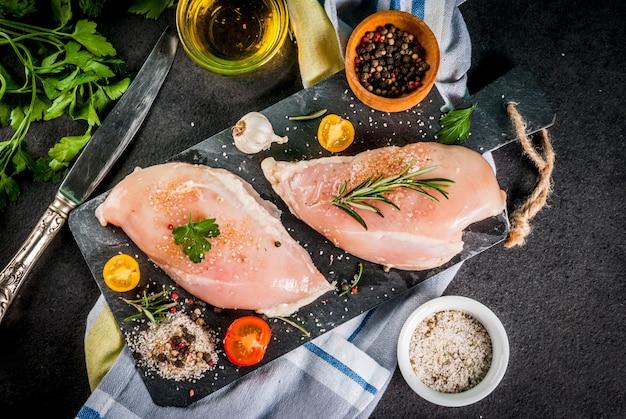 Rauw kipfilet filet vlees met kruiden en olijfolie