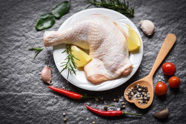 Rauw kippenbeen op witte plaat voor het koken van thaise aziatische de kippencitroen van voedselrozemarijn