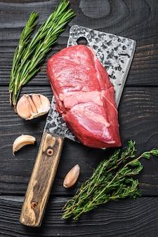 Rauw lamsvlees filet steak op een hakmes