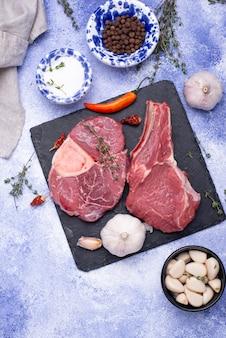 Rauw, ongekookt ossobucco-biefstuk met kruiden