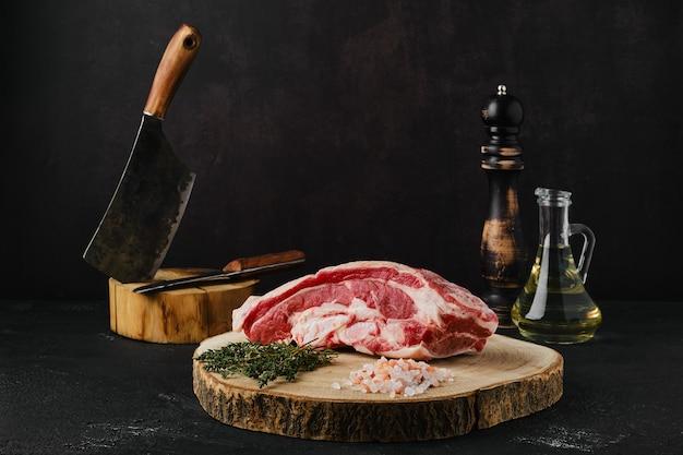 Rauw rundvlees borststuk op houten snijplank