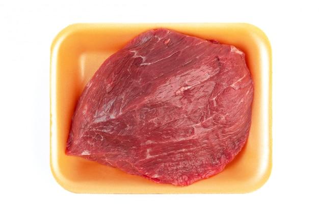 Rauw rundvlees in een plastic bakje
